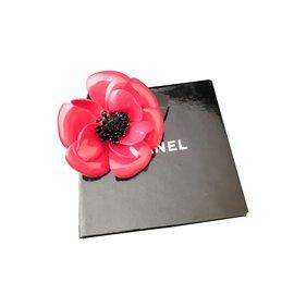 Chanel-Superbe broche Chanel camélia-Noir,Rouge