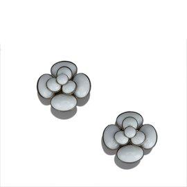 Chanel-Boucles d'oreilles camélia métalliques-Argenté,Blanc