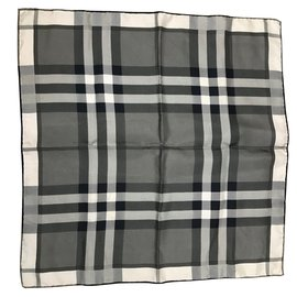e51a310ba12e Foulards Burberry occasion - Joli Closet