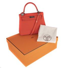 Hermès-Superbe Hermès Kelly 25 en cuir togo rouge , PHW, en excellent état avec plastiques !-Rouge