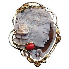 Autre Marque-Pendentif /Broche en Camée véritable coquillage avec un Cabochon en véritable Corail Rouge-Blanc cassé