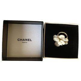 Chanel-Chanel, Camelia ring in solid silver 925 and white mother-of-pearl-White