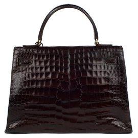 Hermès-Hermès Kelly 32 sellier en crocodile couleur café, accastillage plaqué or, en bon état général !-Marron