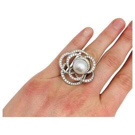 """Chanel-Bague Chanel, """"Fil de Camélia"""",or blanc, perle et diamants.-Autre"""