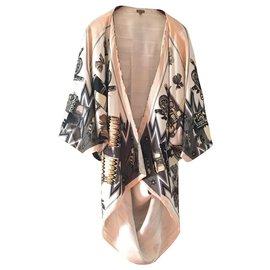 Hermès-Superbe kimono de l'atelier petit h. d'Hermès. Réalisé avec le modèle de foulard Kachinas. Couleur dominante, bordure rose doux, doublure intérieure blanc cassé au logo Hermès.-Blanc cassé