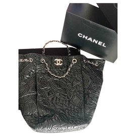 c44b5be91bc Chanel-Grand sac chanel vinyles vernis camélia-Noir ...