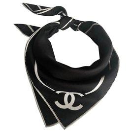 Chanel-Carré Chanel Noir écru en soie-Noir,Écru