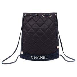 Chanel-Sac à dos Chanel en satin et daim marine, siglé Chanel en perles, bon état général !-Bleu Marine