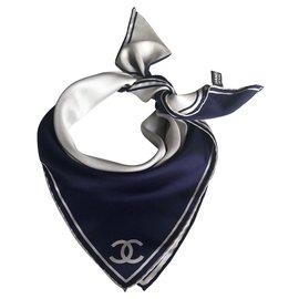 Chanel-Carré Chanel bleu marine et blanc en soie-Blanc,Bleu Marine
