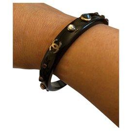 Chanel-Sublime bracelet Chanel en Résine Noire avec Logo CC en métal vieilli et strass de couleur-Multicolore