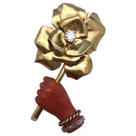 Cartier-Clip Cartier en or jaune, corail rouge et diamants.-Autre