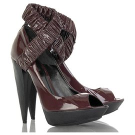 Burberry-Burberry burgundy patent leather pumps-Dark red