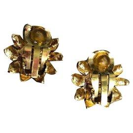 Chanel-Paire de clips d'oreilles, Marque Chanel.(datant des environs 1990/95)-Doré