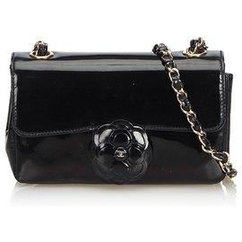 Chanel-Sac bandoulière en cuir verni camélia noir Chanel. Sac-Noir