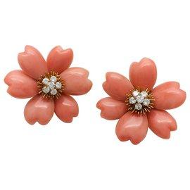 """Van Cleef & Arpels-Boucles d'oreilles Van Cleef and Arpels modèle """"Rose de Noël"""" en or jaune, corail et diamants.-Autre"""