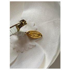 Chanel-Broche Camélia Chanel en soie écru-Écru