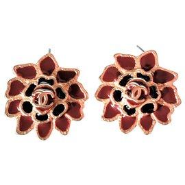 Chanel-Boucles d'oreilles Chanel en forme de Camélia en Email Rouge et Noir-Bordeaux