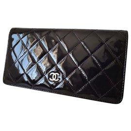 Chanel-Authentic Chanel Timeless wallet in dark purple patent leather-Prune