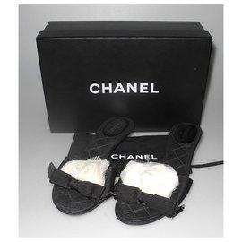 Chanel-Chanel mules en cuir et tissu noires ornées d'un camélia en organza-Noir,Blanc
