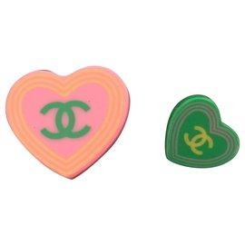 Chanel-Deux broches Chanel année 2004 en forme de coeur en resine rose en vert-Rose,Vert clair