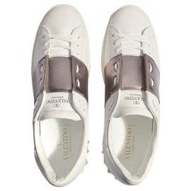 Valentino Garavani-Valentino Garavani. Offene Metallic-Sneakers aus weißem und grauem Nietenleder neu-Weiß,Andere