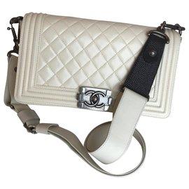 Chanel-Medium Boy Galuchat wide strap-Cream