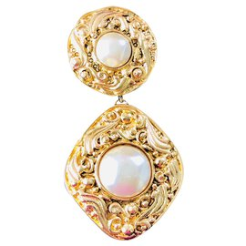 Chanel-Baroque medal brooch Chanel-Golden,Eggshell