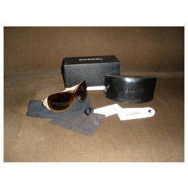 Chanel-Des lunettes de soleil-Crème