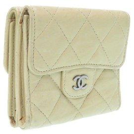 Chanel-Portefeuille à deux volets Chanel Matelasse-Écru