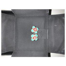 Chanel-Boucles d'oreilles CHANEL Coco Flower Stone Doré Vert et Rouge A16C-Multicolore