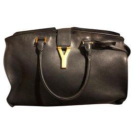 Yves Saint Laurent-Schickes Modell-Schwarz