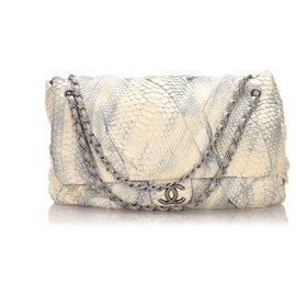 Chanel-Sac à rabat torsadé Chanel Jumbo XL en python blanc-Blanc,Bleu