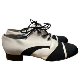 Chanel-Schnürschuhe-Schwarz,Weiß
