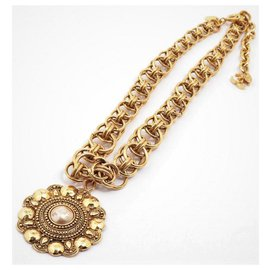 Chanel-Very pretty Necklace + Chanel Pendant in Gold Plating + Fake Pearl;dating from around 1960/70-Golden