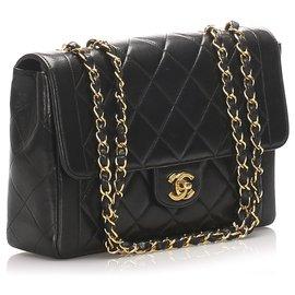 Chanel-Sac à rabat simple en cuir d'agneau noir moyen Chanel-Noir