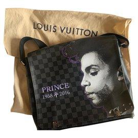 Louis Vuitton-District MM bag (Medium model)-Black