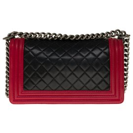 Chanel-The iconic Chanel Boy old medium in black quilted leather with red leather trim, Aged silver metal trim-Black,Red