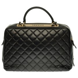 Chanel-Superbe Sac Vanity Case Chanel en cuir matelassé noir, garniture en métal doré-Noir