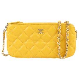 Chanel-Portefeuille Chanel en cuir jaune CC Caviar sur chaîne-Jaune