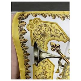 """Hermès-Carré Hermès Collector  """"Ludovicus magnus Magnus """" de F. de la Perrière-Jaune"""