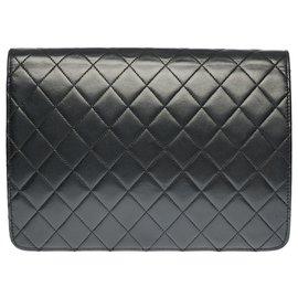Chanel-Chanel Classique handbag in black quilted lambskin, garniture en métal doré-Black