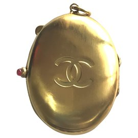 Chanel-Locket-Gold hardware