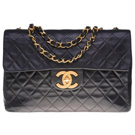 Chanel-The Majestic Chanel Timeless Maxi Jumbo handbag in black quilted leather, garniture en métal doré-Black