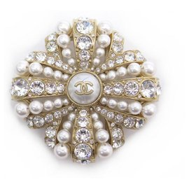 Chanel-CHANEL CC LOGO PEARLS & RHINESTONES BROOCH IN GOLD METAL PEARLS GOLDEN BROOCH-Golden