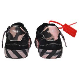 Off White-Low Vulcanized Sneakers in Black and Pink-Black