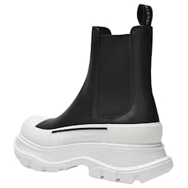 Alexander Mcqueen-Tread Slick Boots in Black Leather, White Sole and Silver Detail-Black