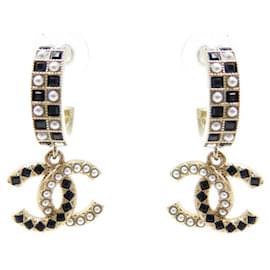 Chanel-NEW CHANEL CC LOGO PEARLS & STRASS GOLDEN METAL EARRINGS-Golden