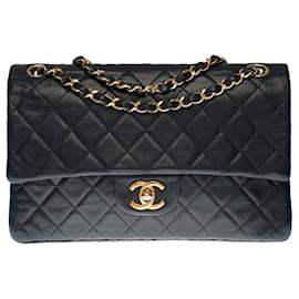 Chanel-Superb Chanel Timeless Medium handbag 25cm with lined flap in black quilted lambskin, garniture en métal doré-Black