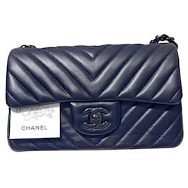 Chanel-Chanel So Black Chevron Mini bolsa com aba atemporal-Preto
