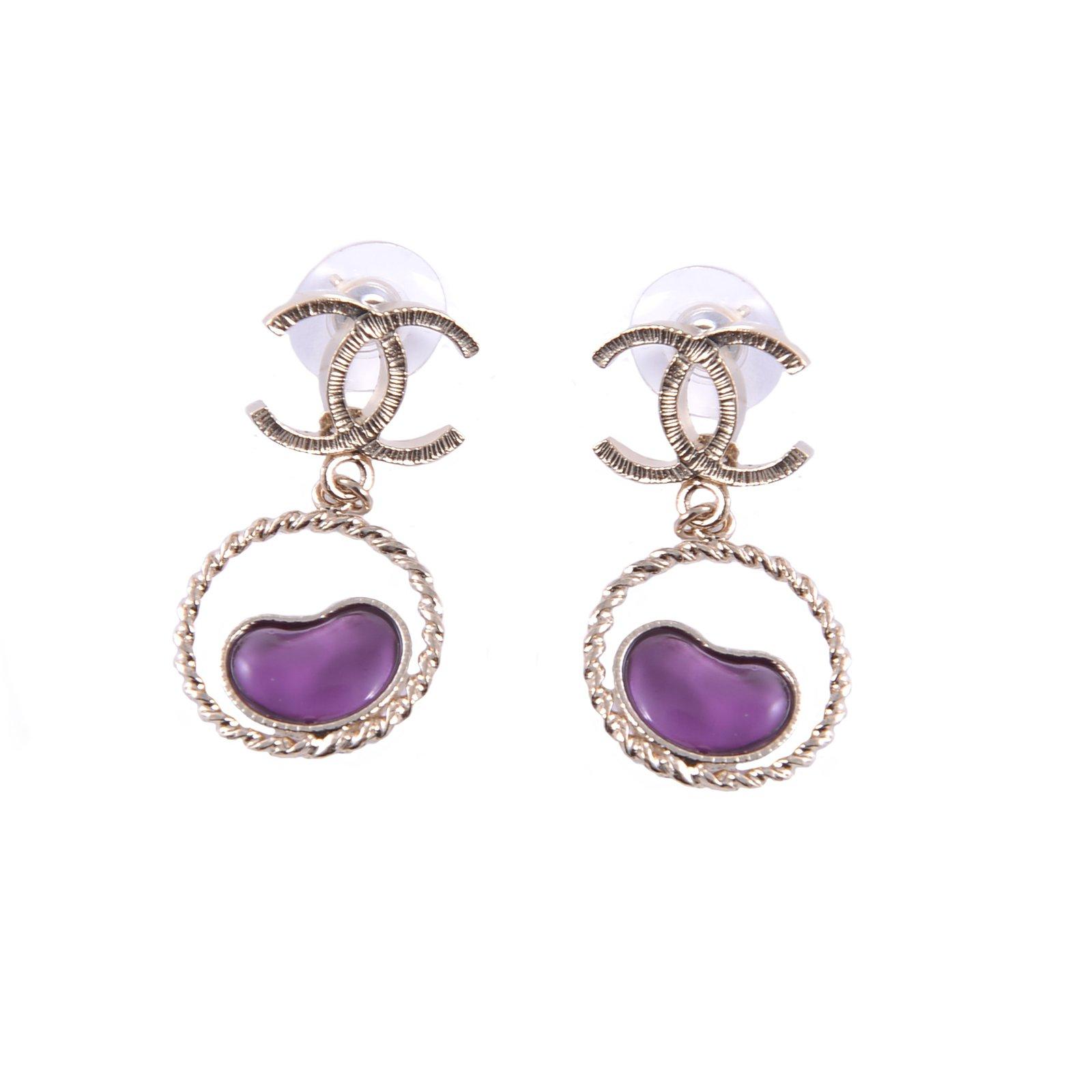 boucles d 39 oreilles chanel boucles d 39 oreilles m tal violet joli closet. Black Bedroom Furniture Sets. Home Design Ideas